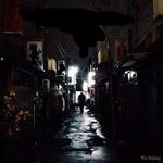 夜の路地と男