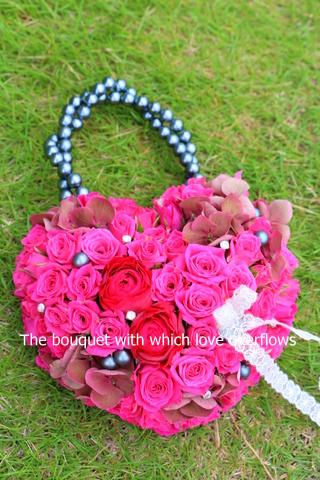 かわいいハートのバッグブーケ(バラとアジサイ)