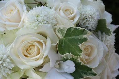 白のブライダルブーケ(アイボリーのバラ)