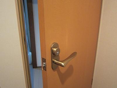 お部屋のドアを鍵付きに