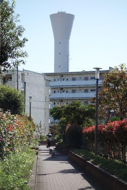 北側から見た東京都営仙川アパートの給水塔