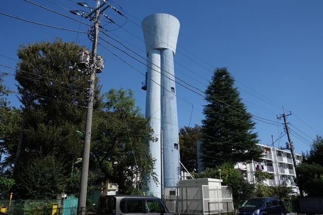 都公社祖師谷住宅の給水塔と住棟