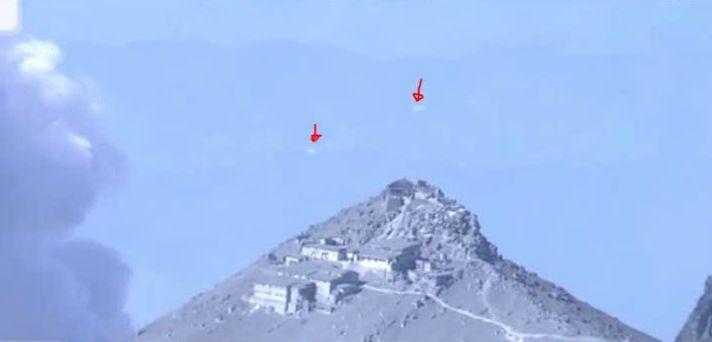 【UFO】 御嶽山が噴火している映像に飛行している「謎の物体」が映っていた