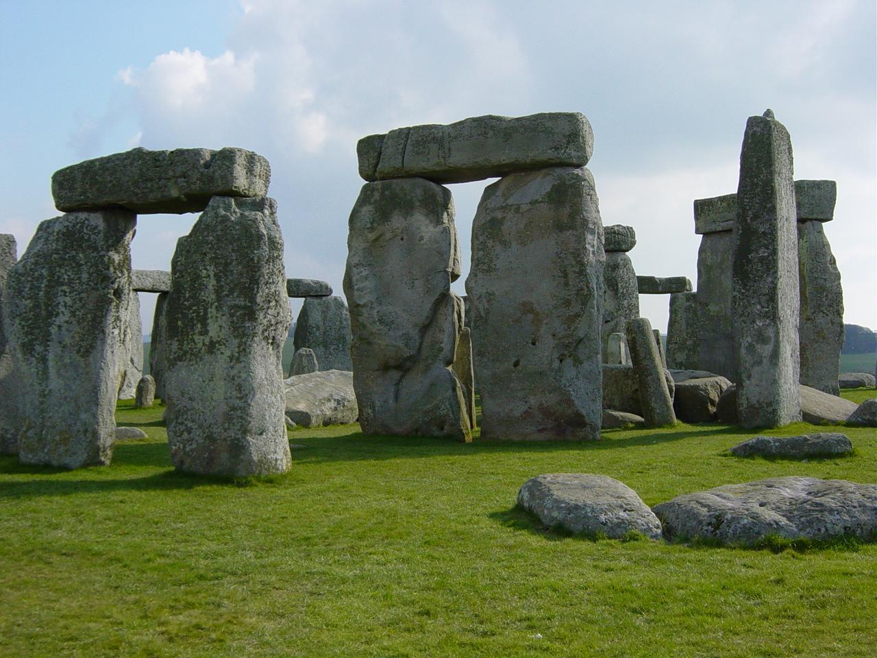 結局ストーンヘンジってなに? スキャンしたら、地下3メートルに17の神殿が存在した