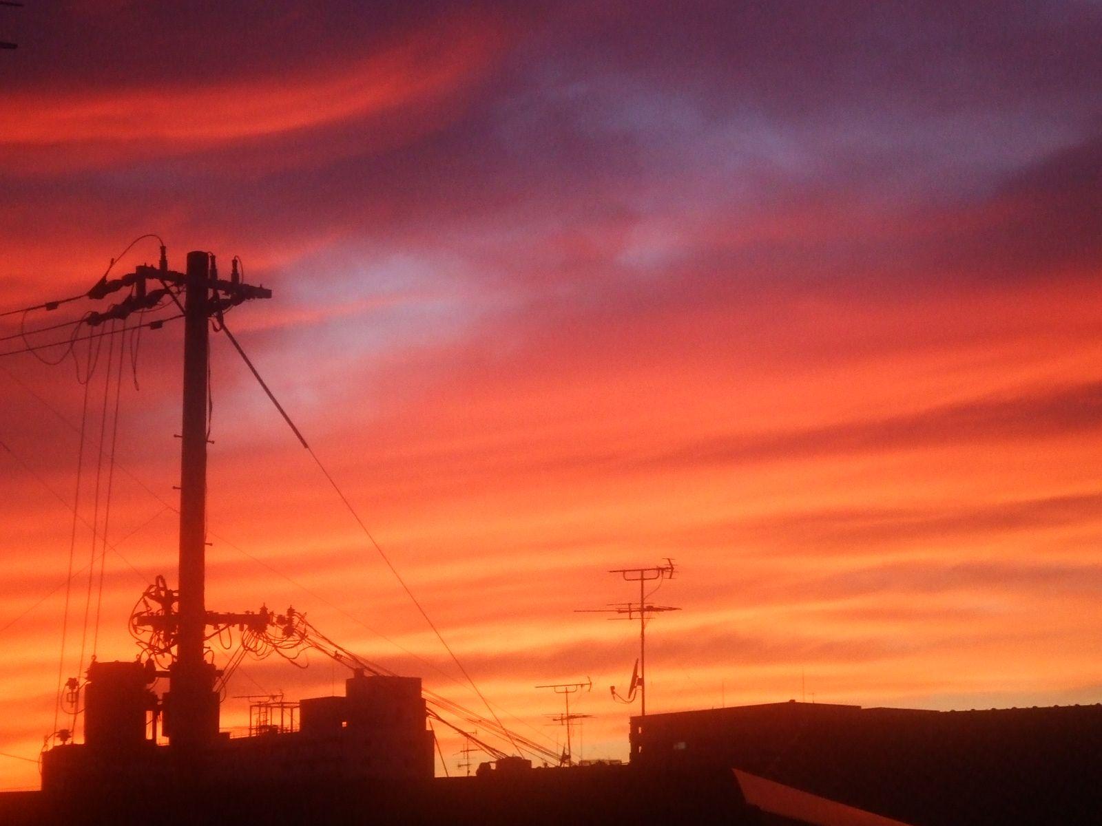 東京、西の空が真っ赤に染まる…