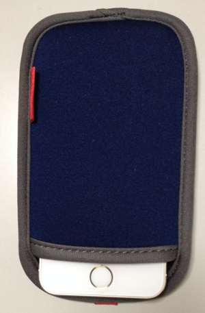 袋からはみ出すiPhone 5s