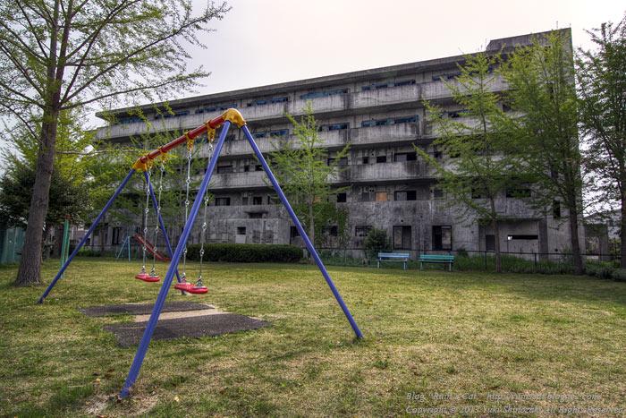 土浦のブラックマンション_公園側.jpg