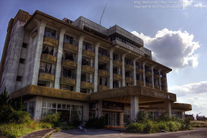 「湖上の廃リゾートホテル」サンセットビューインシャーベイ