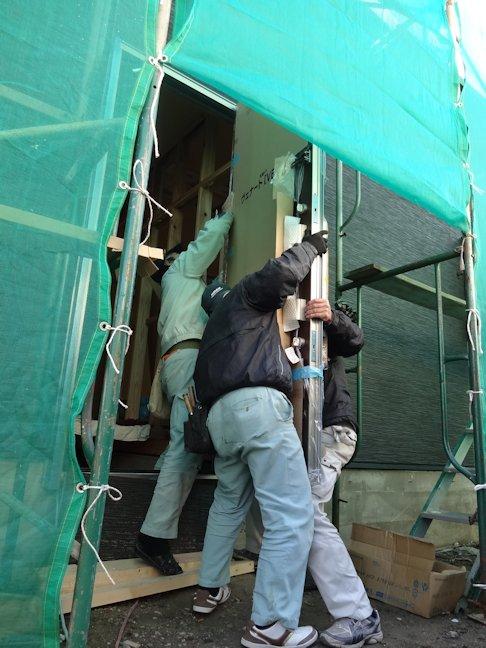 S邸新築工事~玄関ドアつり込み