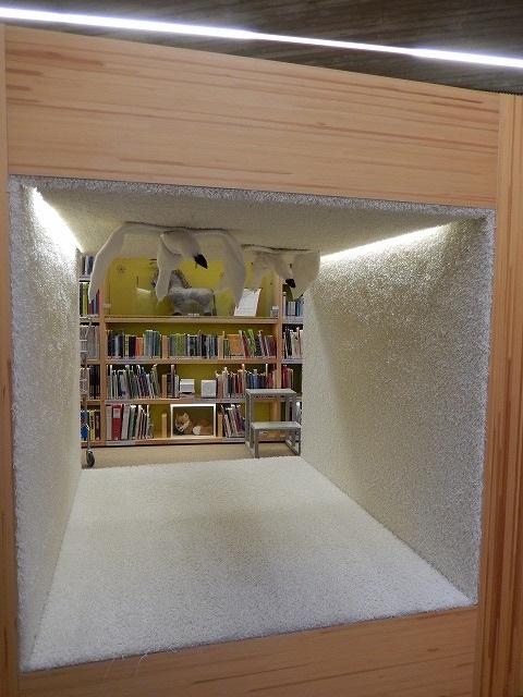 本の家とロバ